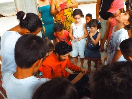 O Belo Adormecido ensina os versos mágicos para as crianças. Imagem por Thomaz Barbeiro.